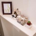 誰でも出来るトイレ棚の作り方。使うのは両面テープだけ!小物は100円ショップで彩ります